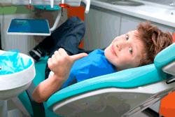 Niño feliz en el dentista